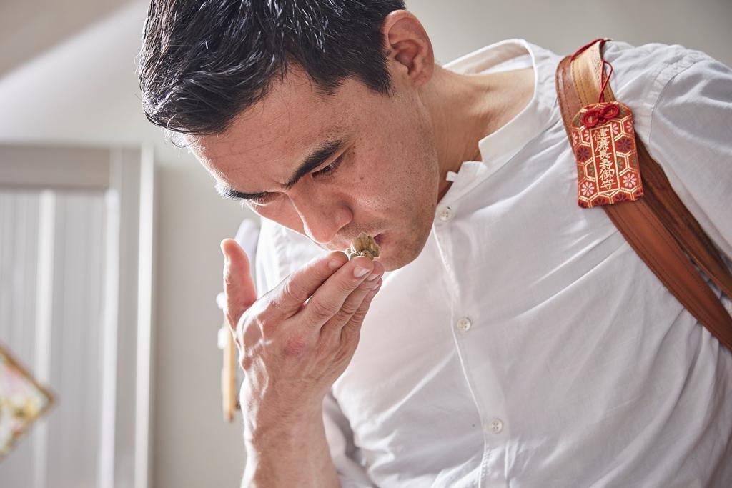 日本主廚佐藤秀明也好奇手工醬油的滋味。(態芮提供)