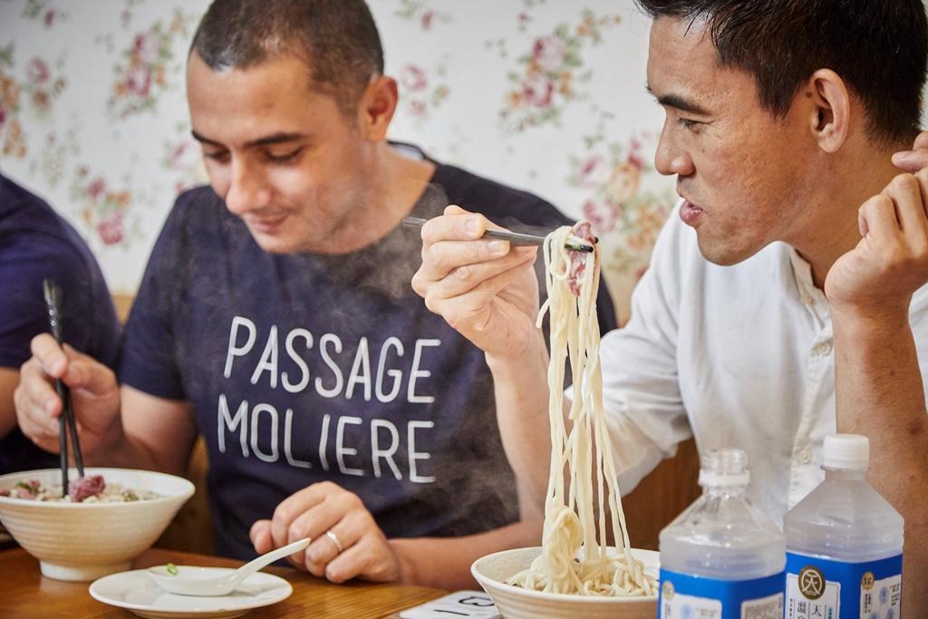 何順凱也帶兩位主廚品嘗道地的台灣牛牛肉麵。(態芮提供)