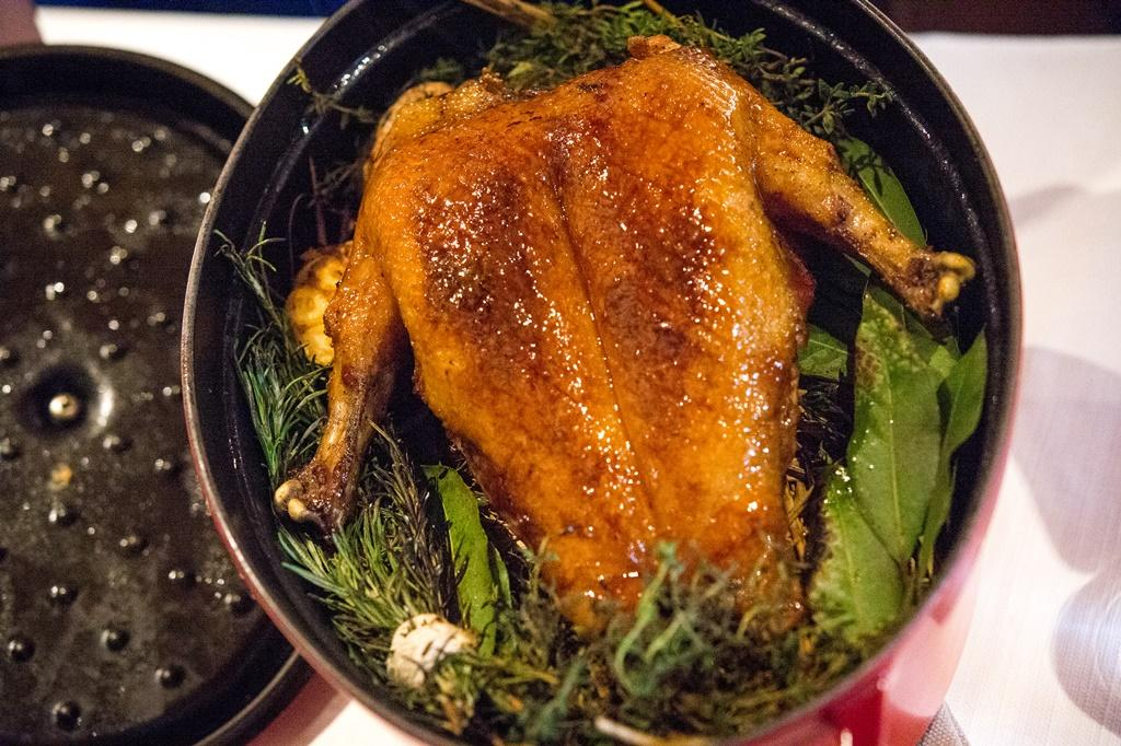 Julien Royer端出熟成20天的屏東烤鴨。