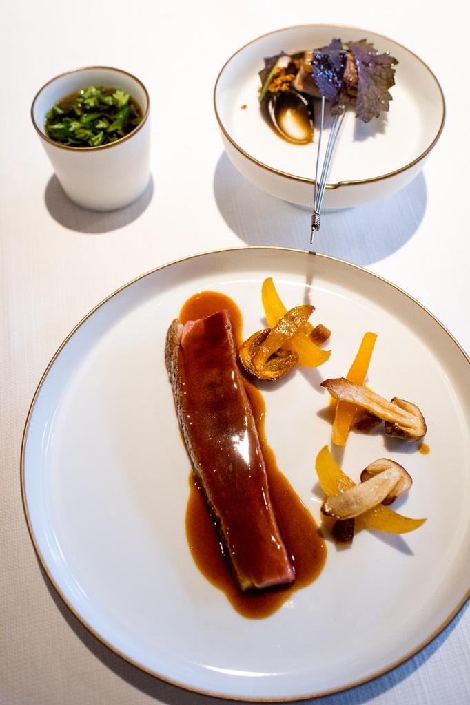 「鴨鴨柿道」結合香煎鴨胸、油封鴨腿和澄清鴨湯,是Julien版本的一鴨三吃。