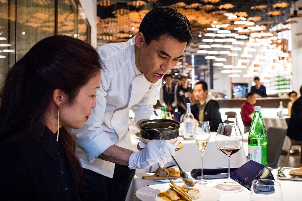 佐藤主廚一邊上菜,一邊向客人解說料理。