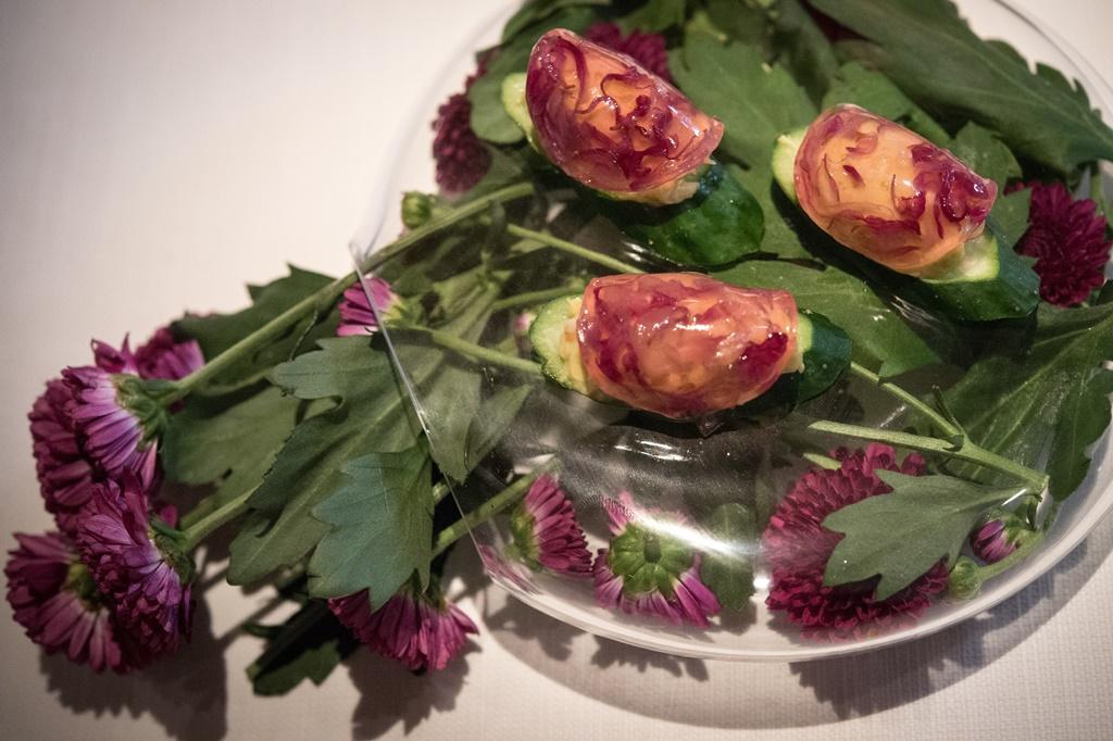 前菜菊花與毛蟹的組合,佐藤秀明用醋高明,滋味優雅。
