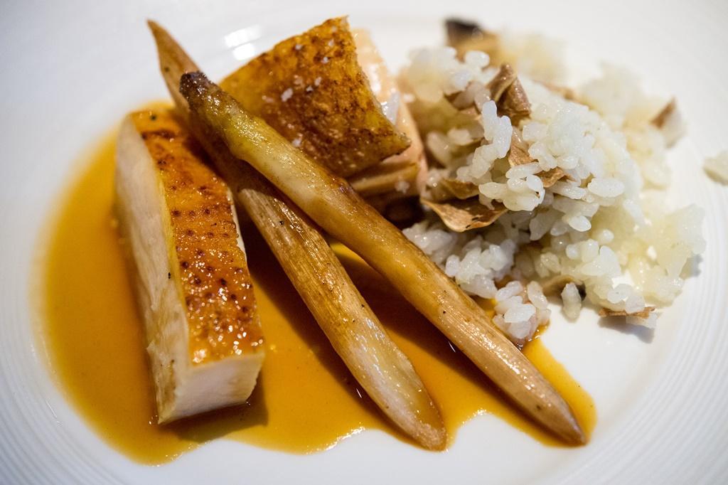 改良自法式黃酒燉雞的「酒醉的探戈」,是佐藤秀明這次餐會唯一破例使用台灣薩索雞與白蘆筍創作的料理。