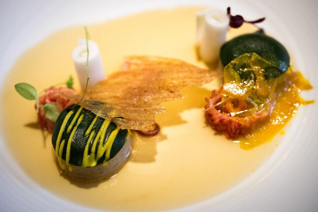 「馨肝寶貝」是以老台菜的「豬肝肫」為發想。加了蛋的肝肫覆上地瓜葉凍片與南瓜脆片及南瓜呢,最後淋上的雞高湯邊吃邊成凍,口感特別。