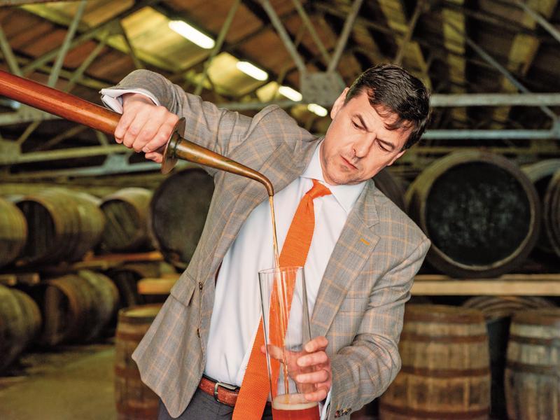 總製酒師比爾・梁斯敦博士在酒廠親自品飲威士忌成品,其對威士忌的風味有著出眾的知識與天賦。