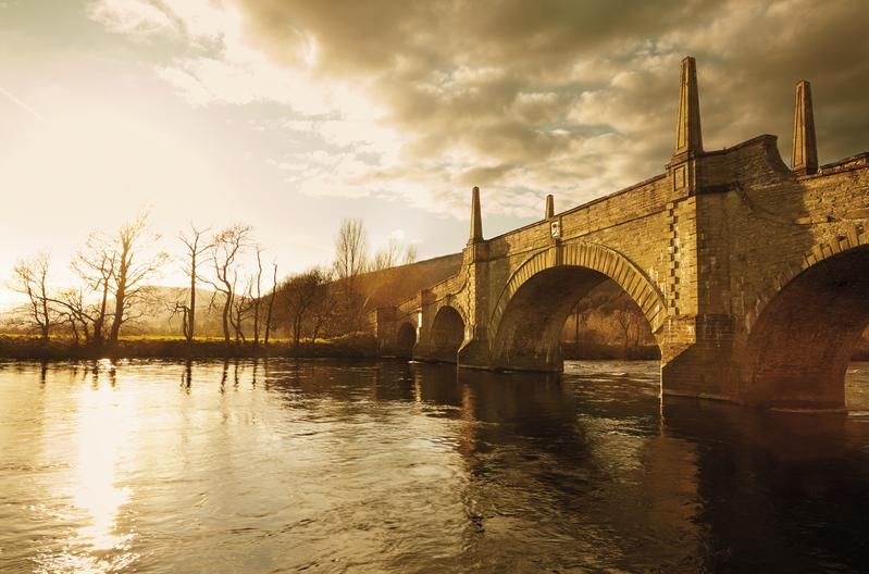 艾柏迪酒廠位於蘇格蘭伯斯郡的小鎮艾柏迪,享有皮提里河與泰河的豐沛水源。據說艾柏迪(Aberfeldy)這個地名的由來,便是源自於蓋爾語的「水神之池」(Abair Phaellaig)。