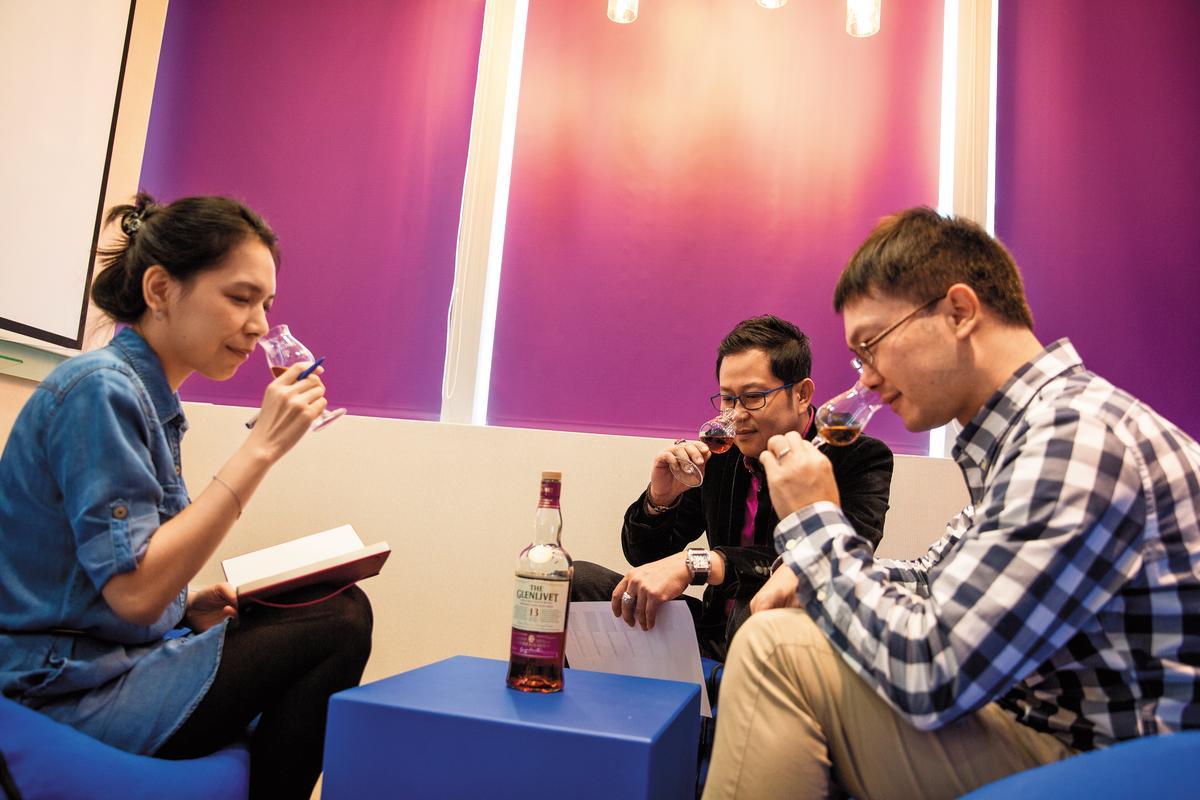 一起進行小型的品飲,並且相互討論也是小型會議中很重要的一環。