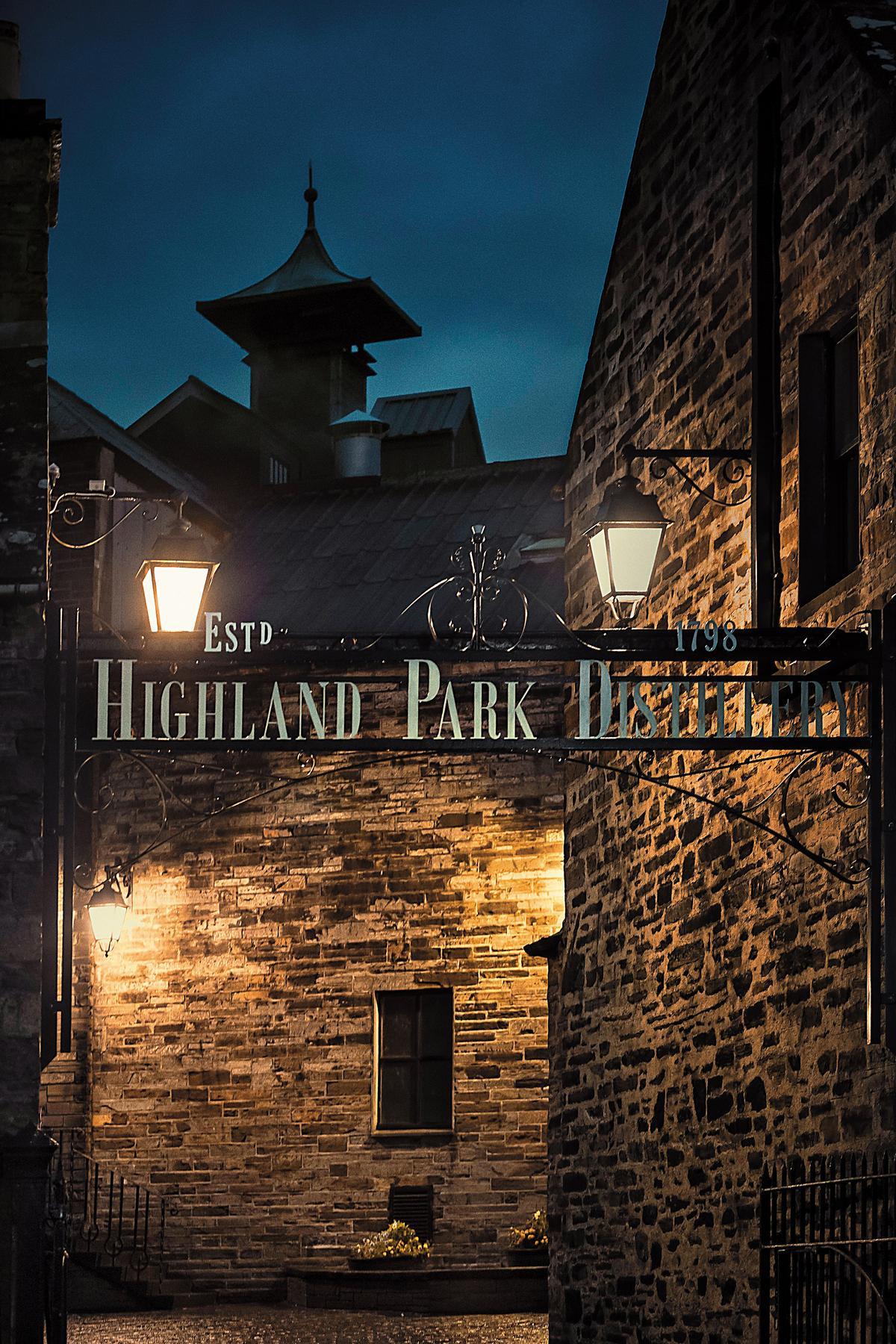 夜幕低垂時的高原騎士蒸餾廠門口。