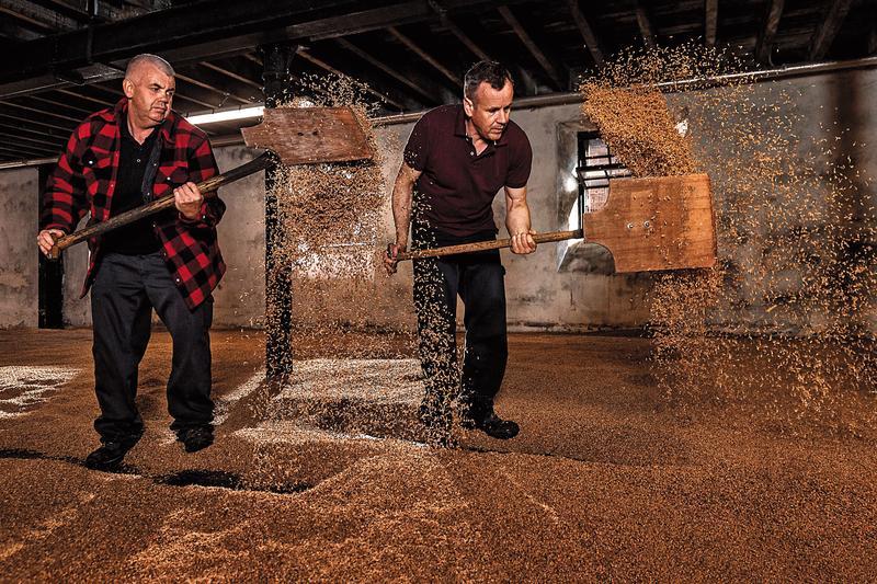 高原騎士百年傳承的手翻麥芽工藝,現在已經很少酒廠這樣做了。