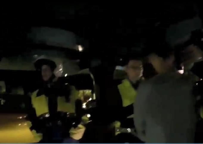 陳喬恩闖紅燈被警方攔查,發現她有酒駕。(翻攝畫面)