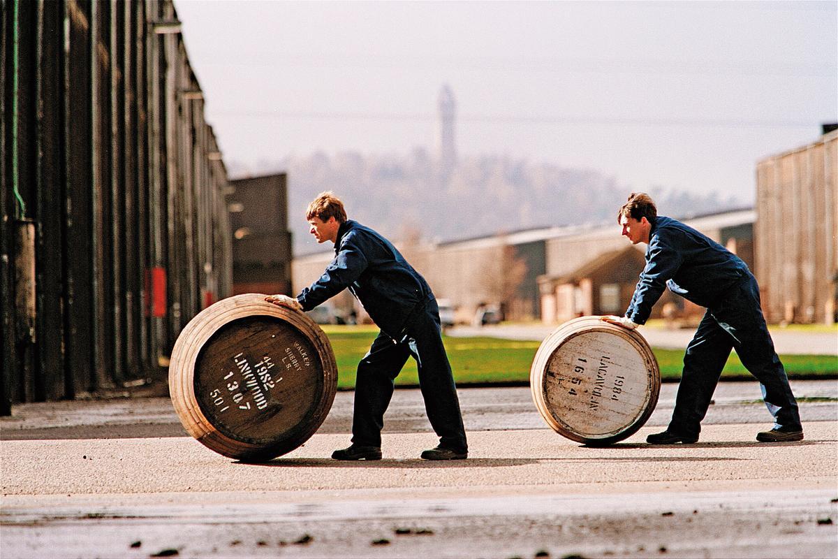 目前JOHNNIE WALKER擁有超過700萬桶豐富酒藏可運用,以邁步向前的精神,成為全球蘇格蘭威士忌的領導品牌之一。