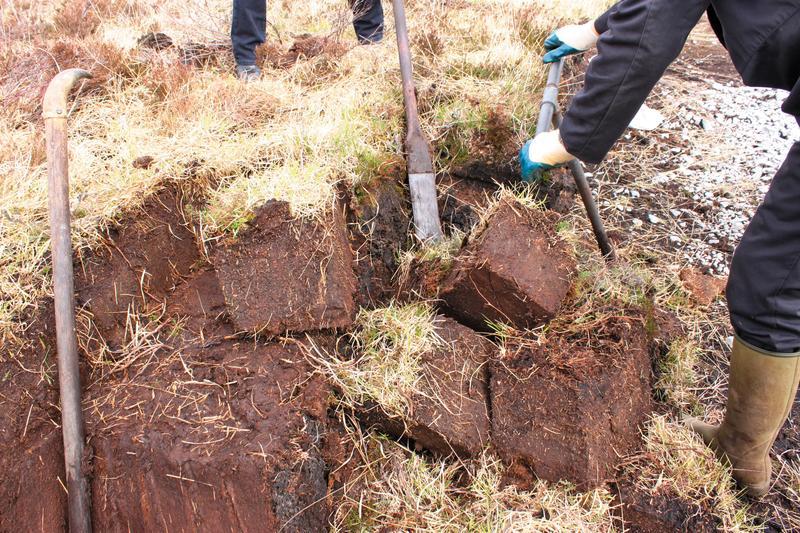 開採泥煤田有許多工具,而傳統人工開挖的方式,頗為費力。