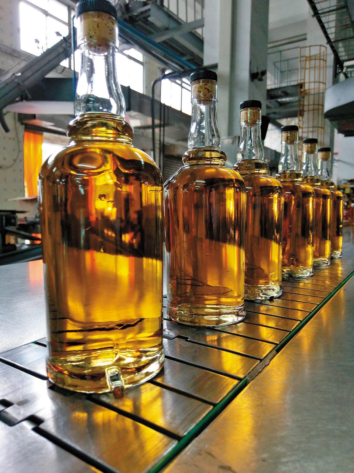 當酒液熟成達到至臻完美時,就是裝瓶時刻,簡單過濾不加水裝瓶就是原桶強度版,或於裝瓶前稀釋酒精濃度成普通版,全都要在生產線檢驗酒色。