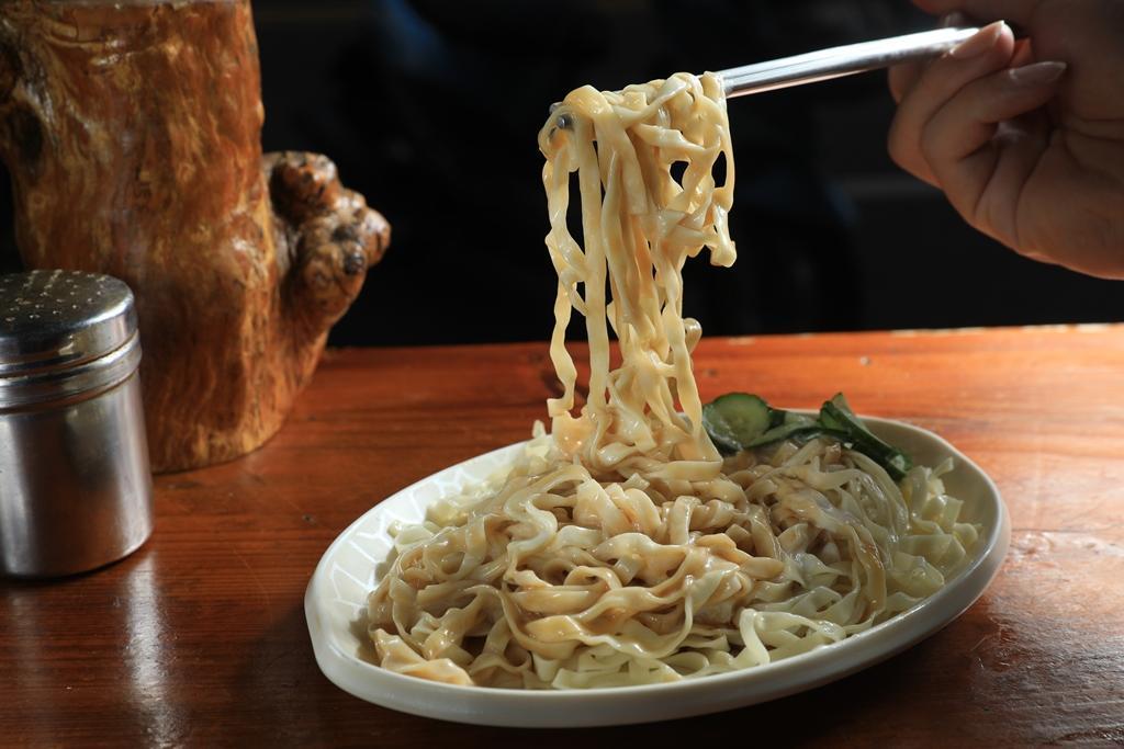 嘉義的「涼麵」會加大量俗稱白醋的沙拉醬,外地人可能不習慣,卻是在地人最愛吃法。(30元/小份)