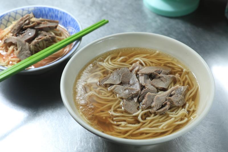 台灣光復後,嘉義就有鴨肉麵,是歷史相當悠久的小吃。