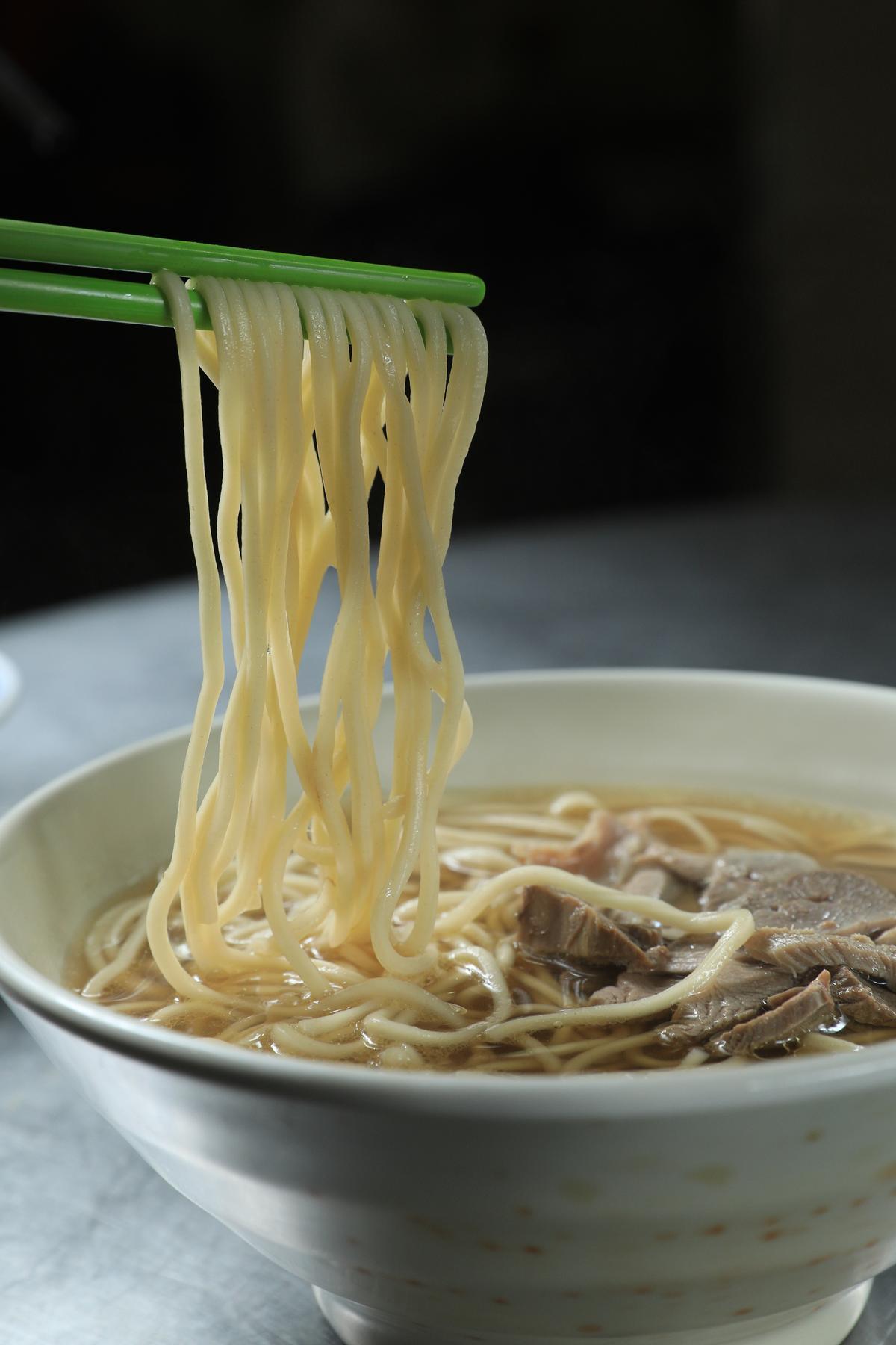 「鴨肉湯麵」湯頭醇香、鴨肉嫩甜,油麵稀哩呼嚕地吃,燻香在齒頰間流轉。(35元/大碗)