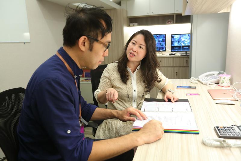 一群同事同輩中,王翠瑛(後)常常是第一個升官的,她說她說自己要求高,遇到不懂的事,可以容忍一時不懂,但不能一直不懂。