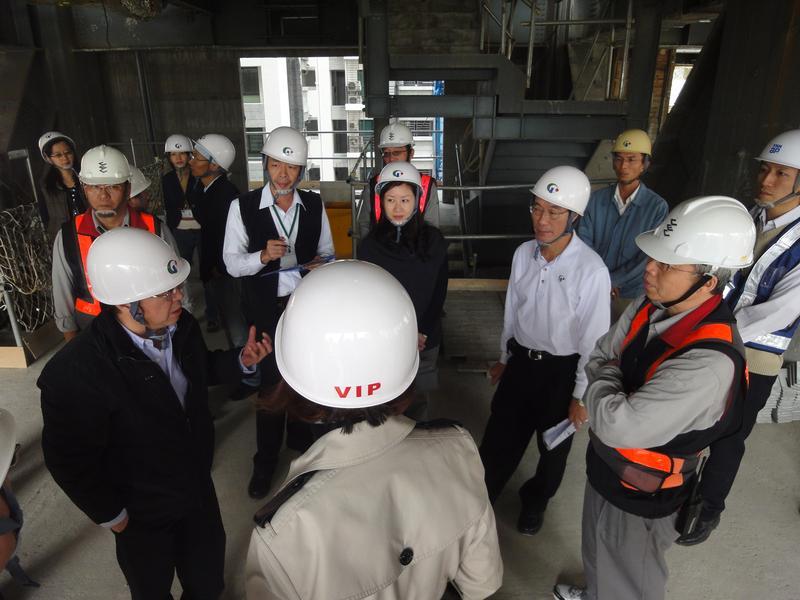在國揚建設一待超過10年,王翠瑛(左4)很佩服創辦人侯西峰(左1)的數字和管理能力,讓她受益良多,圖為國揚興建的高雄豪宅「國硯」工地現場。(王翠瑛提供)