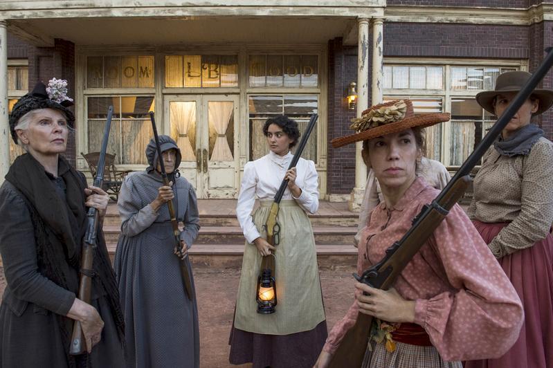 在沒有退路的情況下,拉貝爾小鎮的寡婦們選擇跟法蘭克黨羽做最後的生死決鬥奮戰。(Netflix)