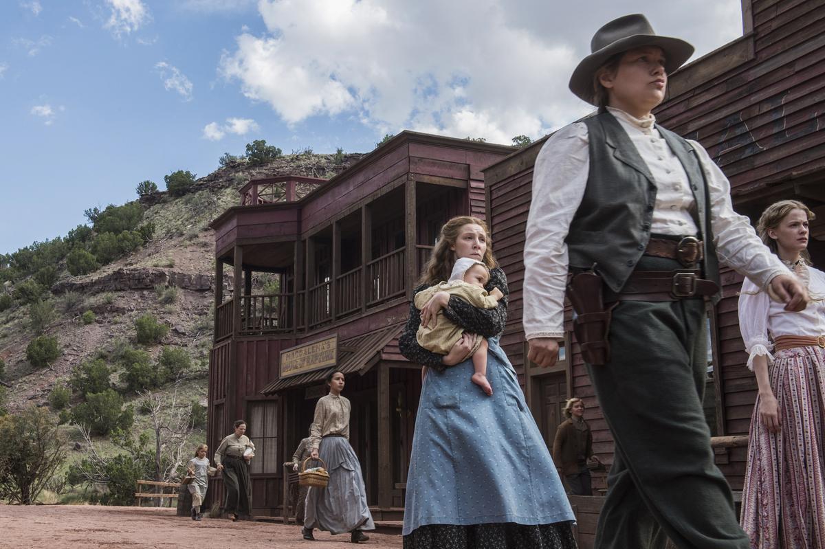 拉貝爾小鎮在壯丁全死於礦災後,成了一座「寡婦鎮」,空有礦產卻無法採礦。(Netflix)