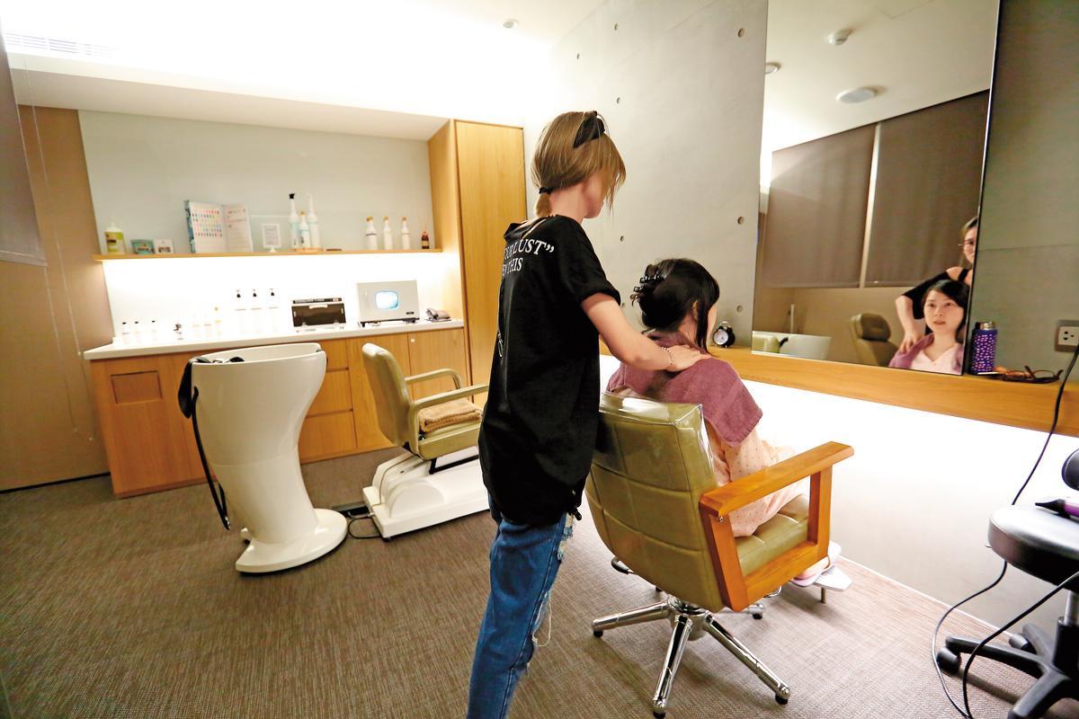 王翠瑛表示,媽媽們都說在愛兒麗洗頭髮很舒服,洗髮美甲室很受歡迎,裡頭有高度、角度皆可調的洗頭椅,讓剖腹產的媽媽不會疼痛。