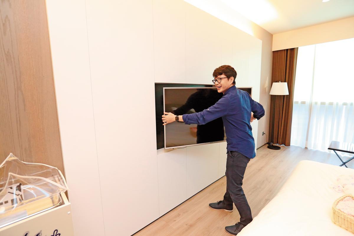 菁英房電視規格最小50吋,尊爵房60吋,可調式電視架,方便產婦與家人從各角度觀看。