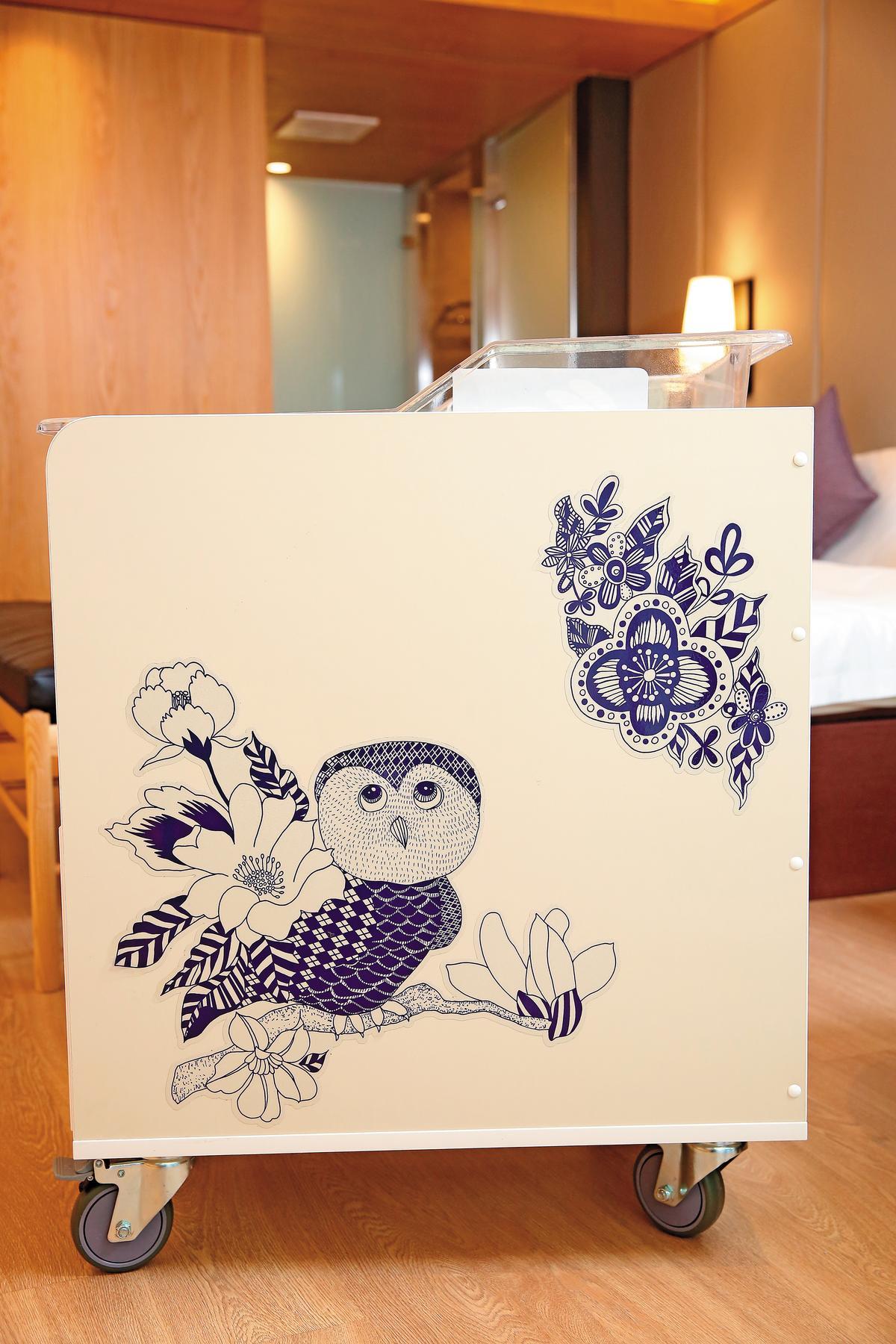 王翠瑛請留法藝術家設計幸運物「貓頭鷹」,代表福氣和長壽,設計師的設計概念是「人類小孩化身為貓頭鷹」。