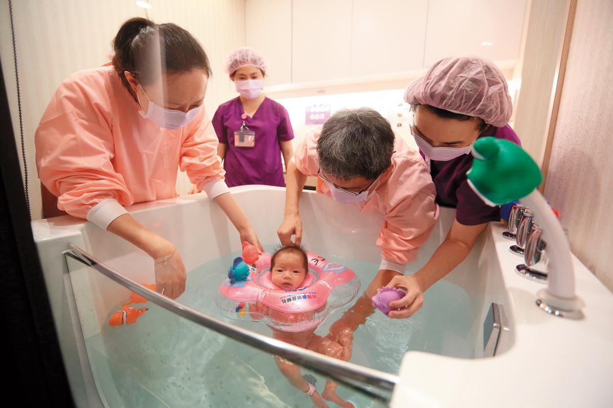 護理之家提供自費的寶寶游泳課程,受到父母喜愛,下水前要先跟寶寶對話、換衣服、量測水溫等,可以增進親子間互動。