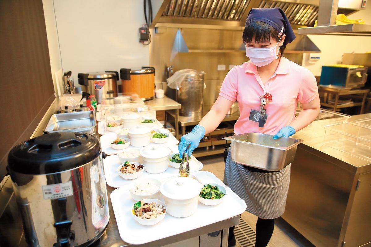 愛兒麗設自家央廚,為讓菜保溫,盛菜時會關掉空調;為美觀創造食慾,王翠瑛不用自助式餐盤,堅持每道菜放一小碟;另有低卡餐可選擇。