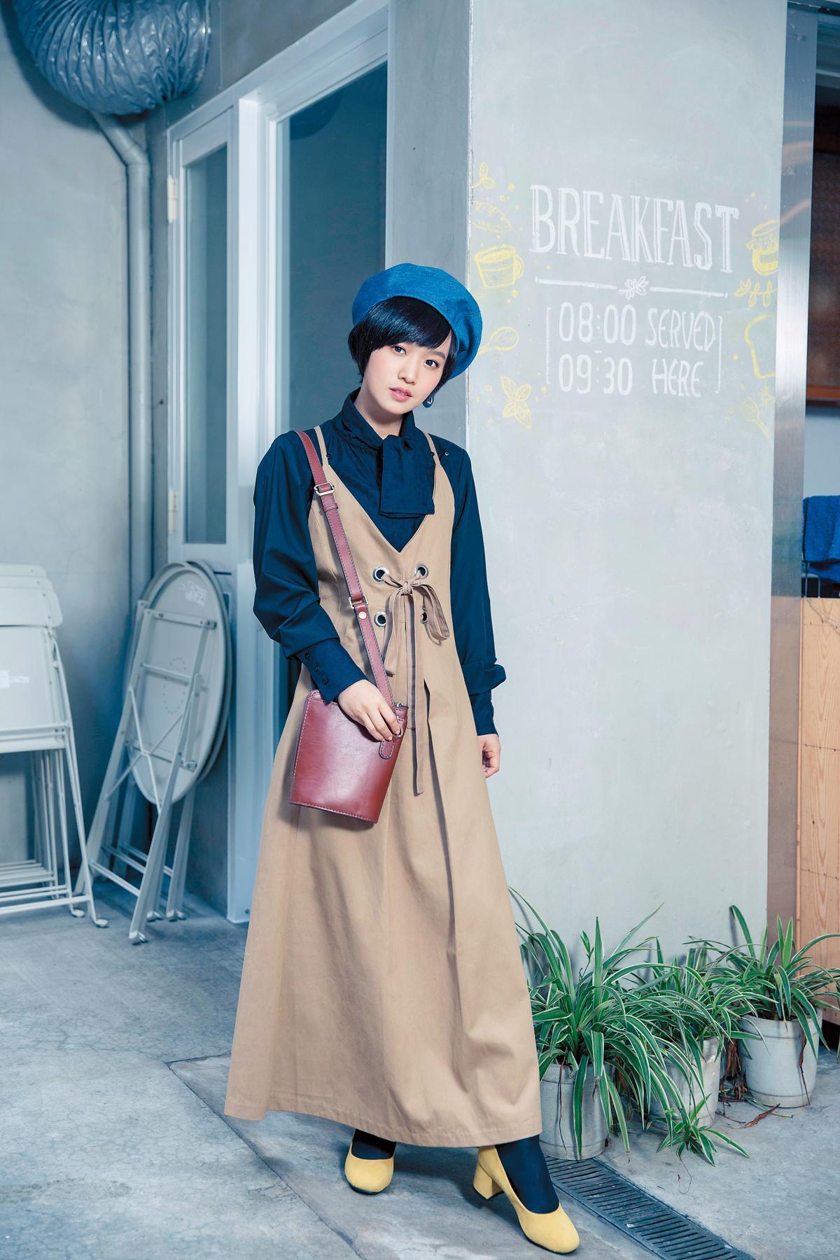 網路上買的黑色襯衫,約NT$3,500;hi Height韓貨卡其色吊帶長裙,NT$1,250;COLOA筒包,約NT$6,000;Ann's黃色低跟鞋,是同學的自有品牌,約NT$1,500