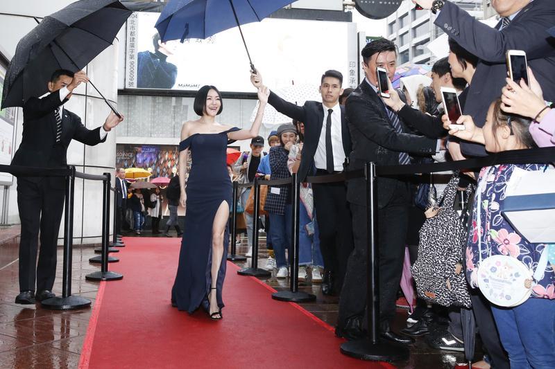 即使在雨天的戶外廣場,小S就是能以一種巨星的姿態,不慌不忙地走上紅毯,一邊揮手向圍觀民眾打招呼。
