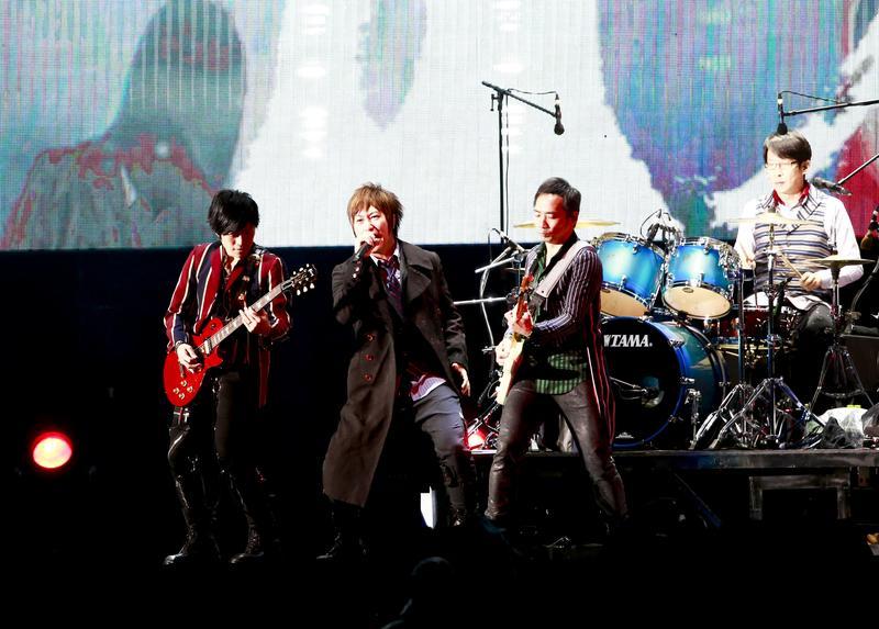 五月天連飆多首經典,在全場安可4次下才終於結束演唱會,全場帶著淚水跟雨水劃下句點。