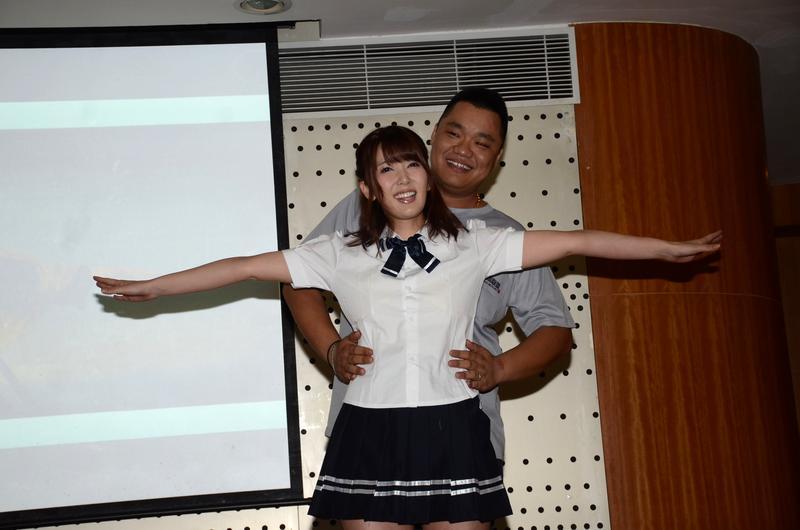 日本AV女優波多野結衣,在車展上與粉絲互動。(東方IC)