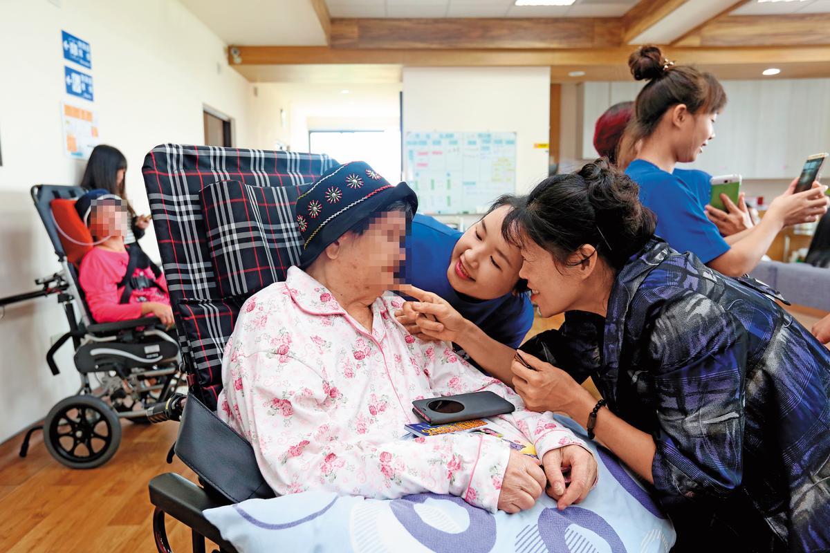 入住養老機構是一種老後生活方式,前提在於須有足夠經濟能力或保險保障支持。