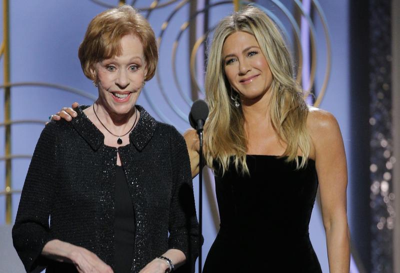 珍妮佛安妮斯頓(右)與老牌喜劇明星卡洛柏奈特,一起搭檔頒獎。(東方IC)