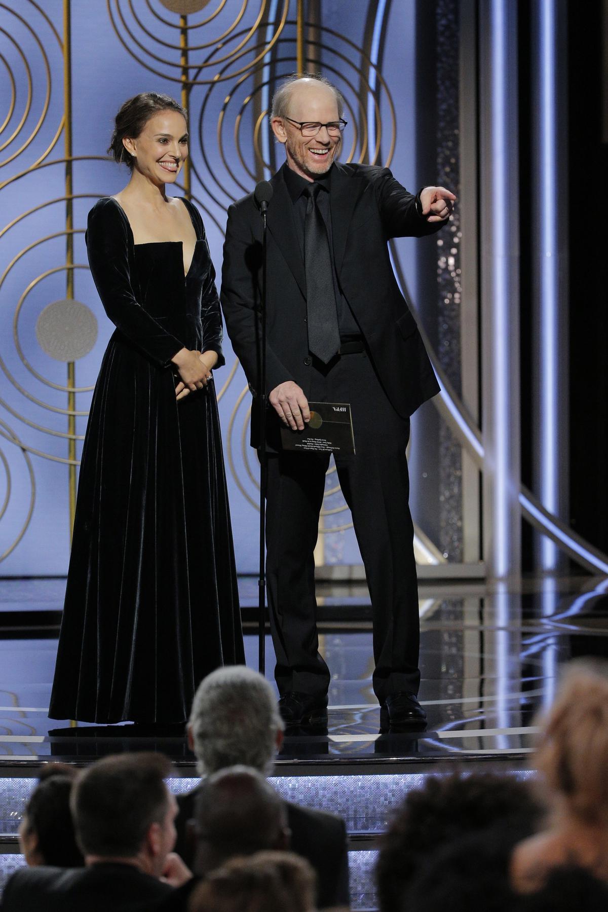 娜塔莉波曼(左)與導演朗霍華一起頒發最佳導演獎時,她故意說:「以下是所有入圍的『男』導演」,凸顯好萊塢的性別差異。(東方IC)