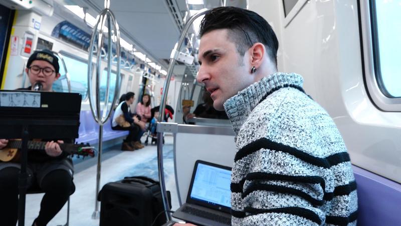 法國樂手狄文斯(Divyns)和台北捷運十分有緣,2017年初他把捷運警示音混入一首電音,吸引了百萬人瀏覽。