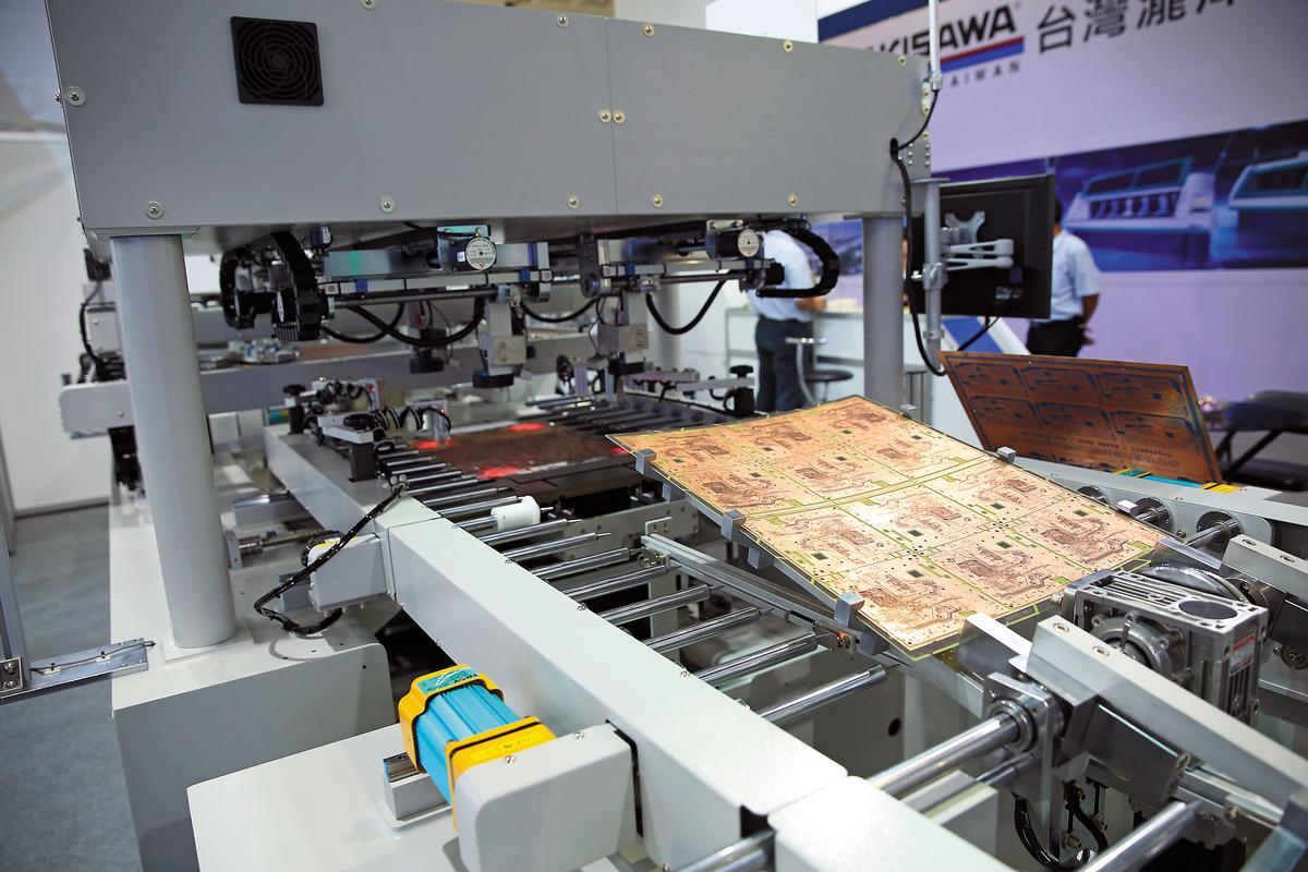 2017年上半年張真卿發現PCB產業表現不錯,往上游原料玻纖紗尋找受惠廠商,並從財報發掘業績成長股富喬。