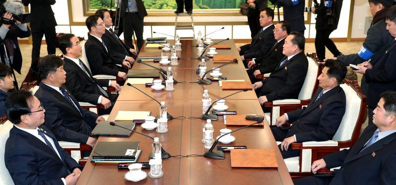2018年1月9日,南北韓代表在板門店「和平之家」舉行高層會談,就北韓代表團參加平昌冬運、改善南北韓關係進行討論。(東方IC)