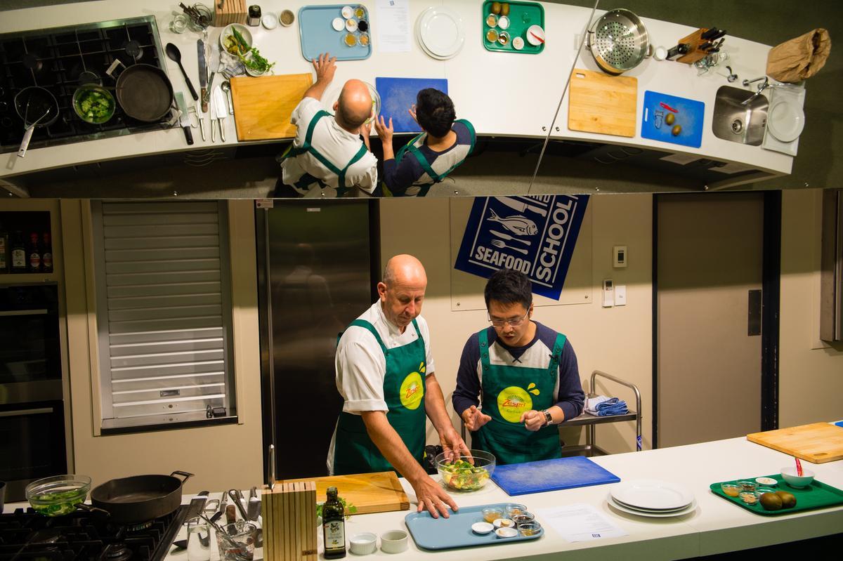 「奧克蘭海鮮學校」主廚Marco(左)不藏私,仔細傳授料理撇步。