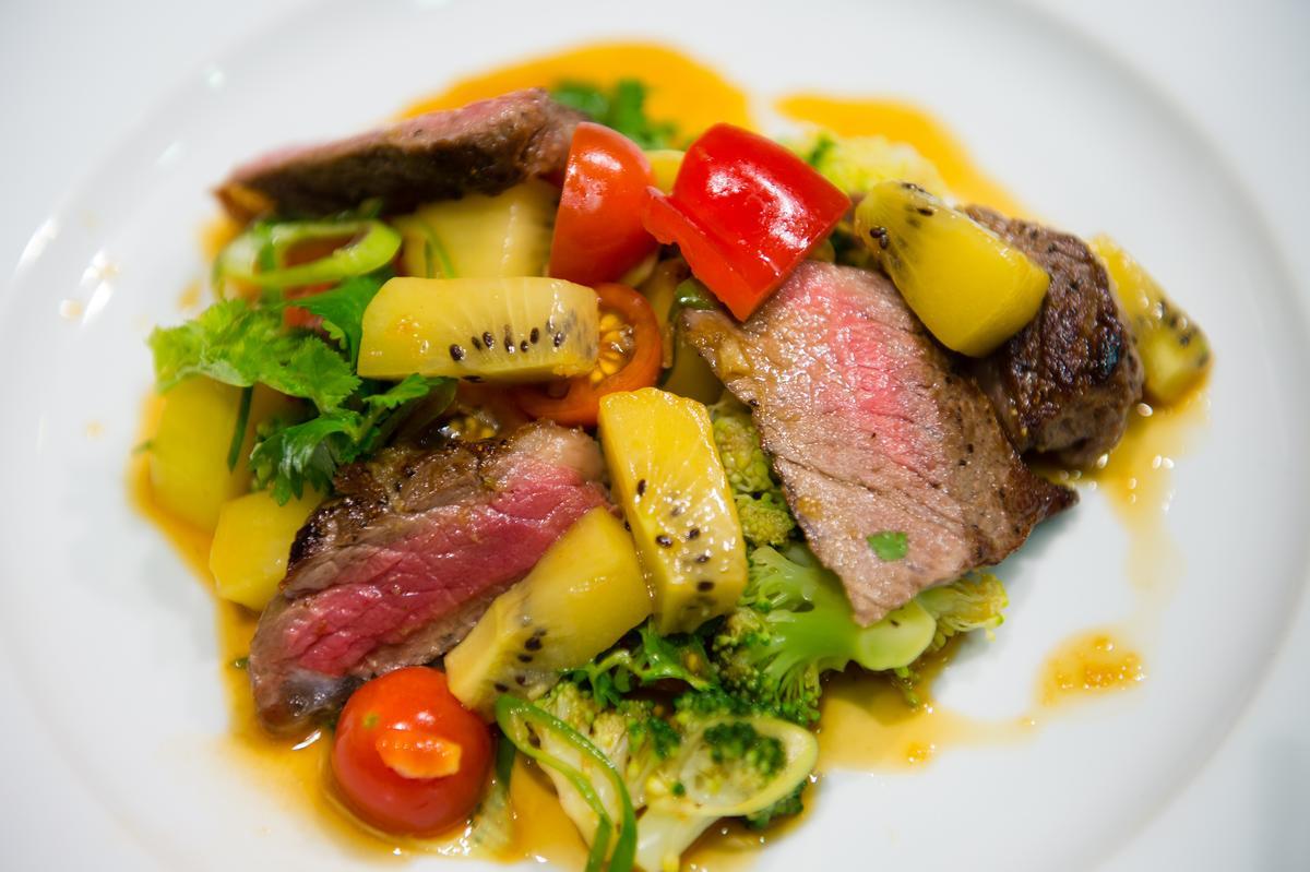 這一道私房菜「煎牛排奇異果沙拉」拌入陽光金圓頭奇異果,出奇對味好吃。