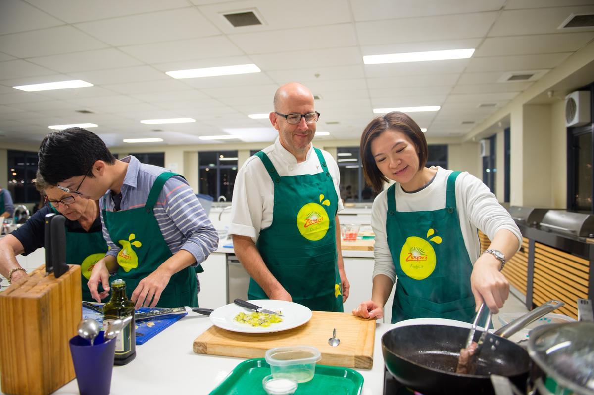 主廚Marco貼身指導旅人下廚技巧。
