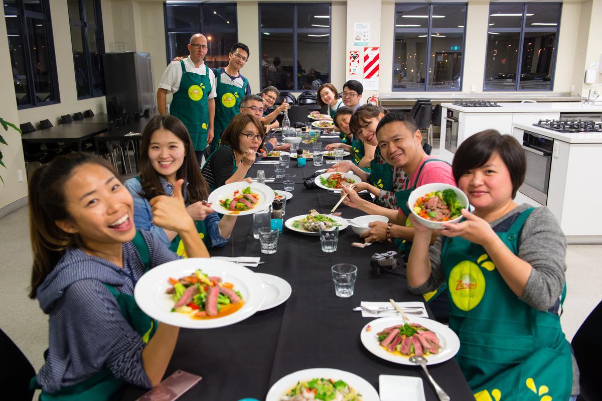 學員端出親手做的料理,開心大嗑晚餐。