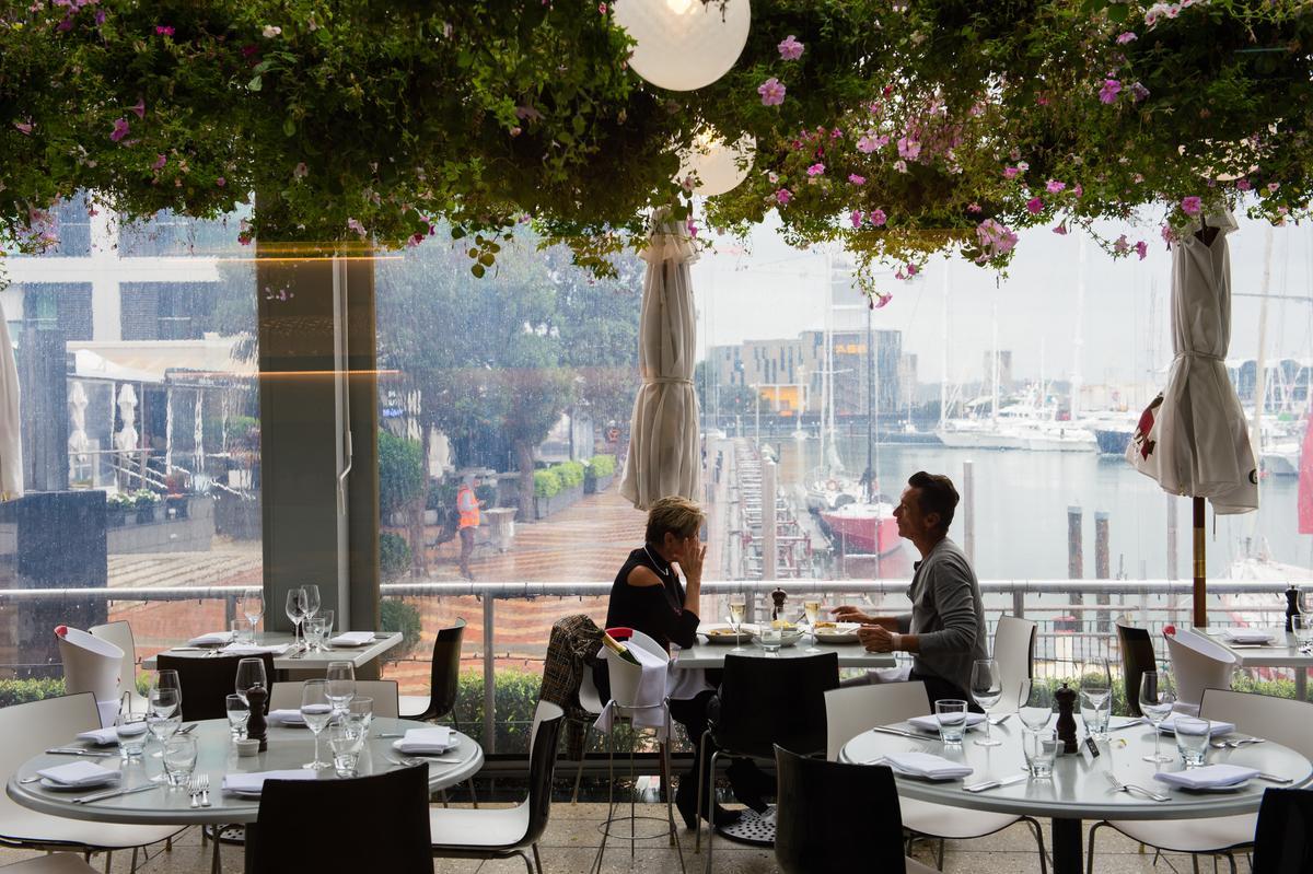 「SOUL BAR & BISTRO」的半露天用餐區,有如坐在溫室花房。