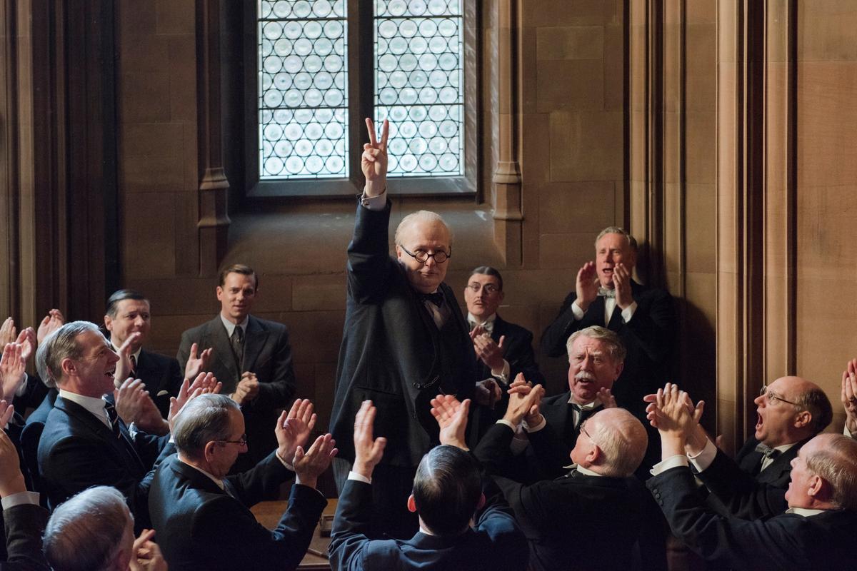 背景設在二戰開打前夕的《最黑暗的時刻》是標準的英國熱血片,也以9項提名作收。(UIP提供)