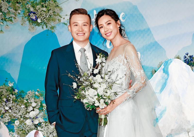 36歲的林可彤,去年2月跟拍拖3年的瑞士銀行副總裁Tom武廣明結婚,她還自曝,這段感情是自己主動追來的。