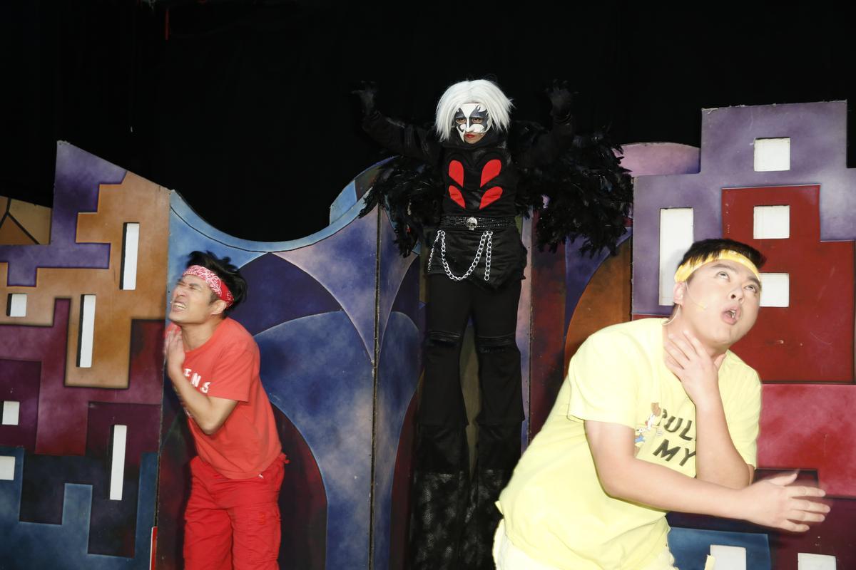 紙風車青少年反毒戲劇工程以反毒劇《拯救浮士德》深入國中校園。