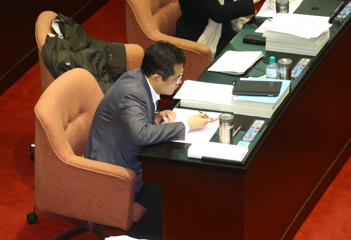 民進黨立委江永昌在爭議條文投棄權。