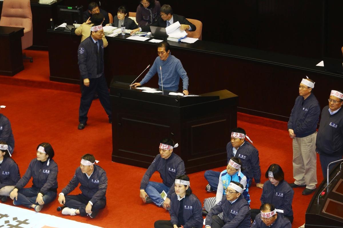 民進黨立委鍾孔炤(發言台上)第一次表決就投棄權。