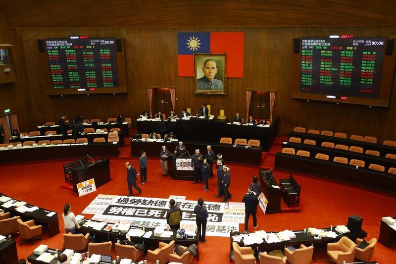 立法院今夜將不斷電逐條討論,表決《勞基法》修正草案。